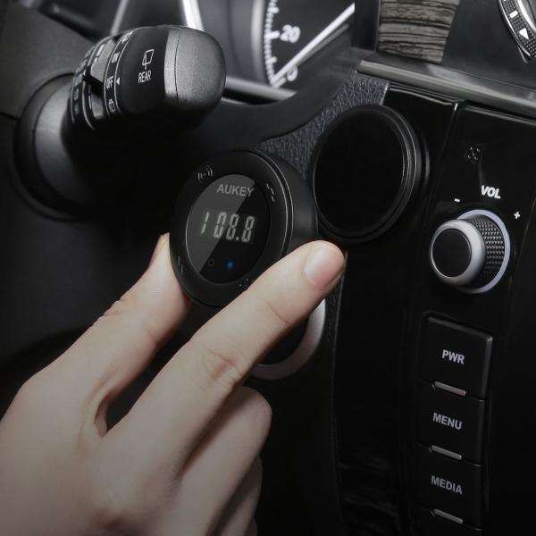 AUKEY Bluetooth Kablosuz FM Bağlantısı / İki Girişli Araç Şarjı
